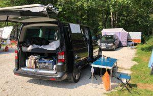 Campingausrüstung für den Urlaub mit dem Bully