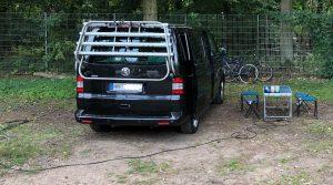 VW Bus Camping mit Stromkabel
