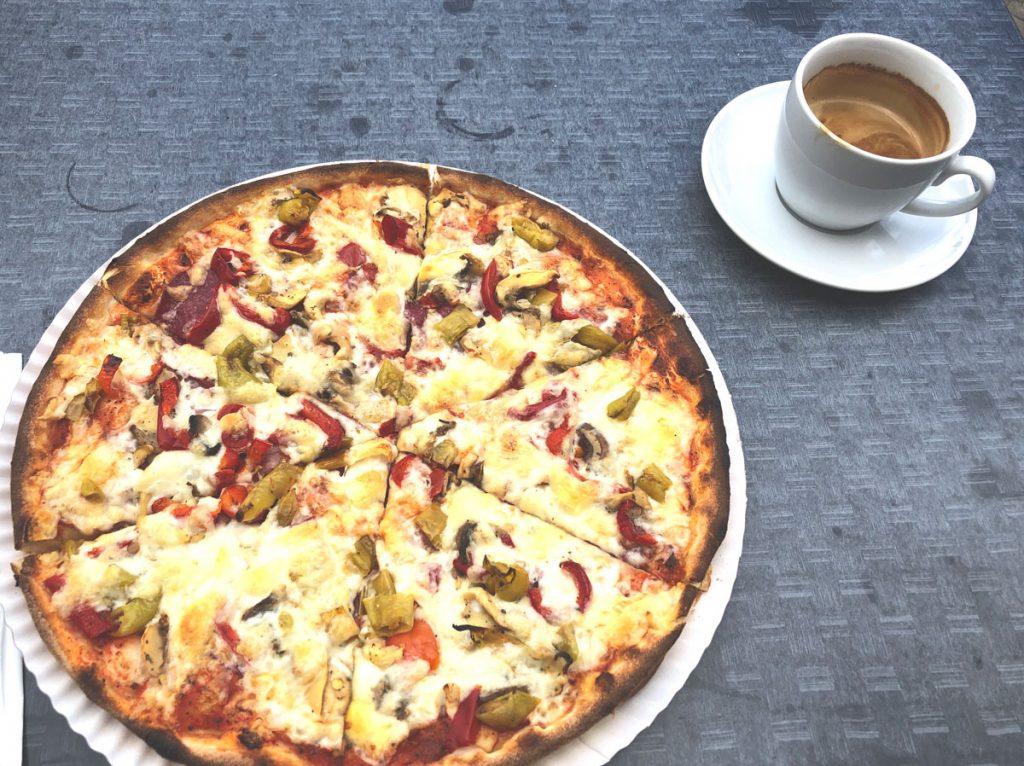 Pizza und Cappuccino