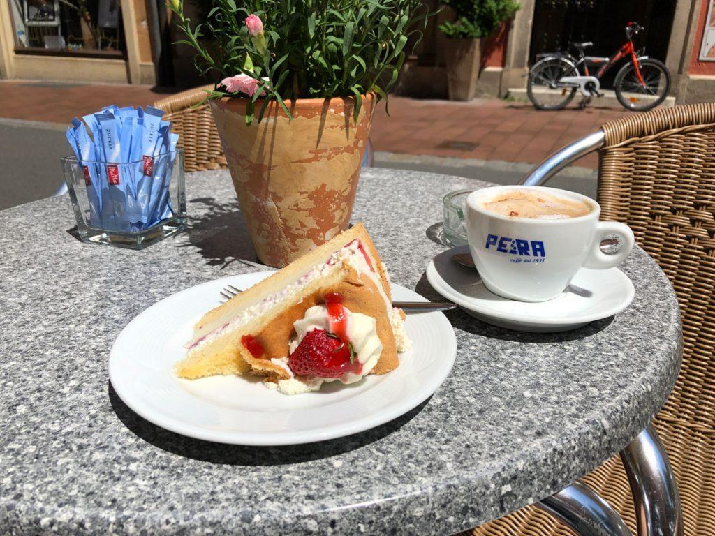 Lecker Erdbeertorte bei Pias Café