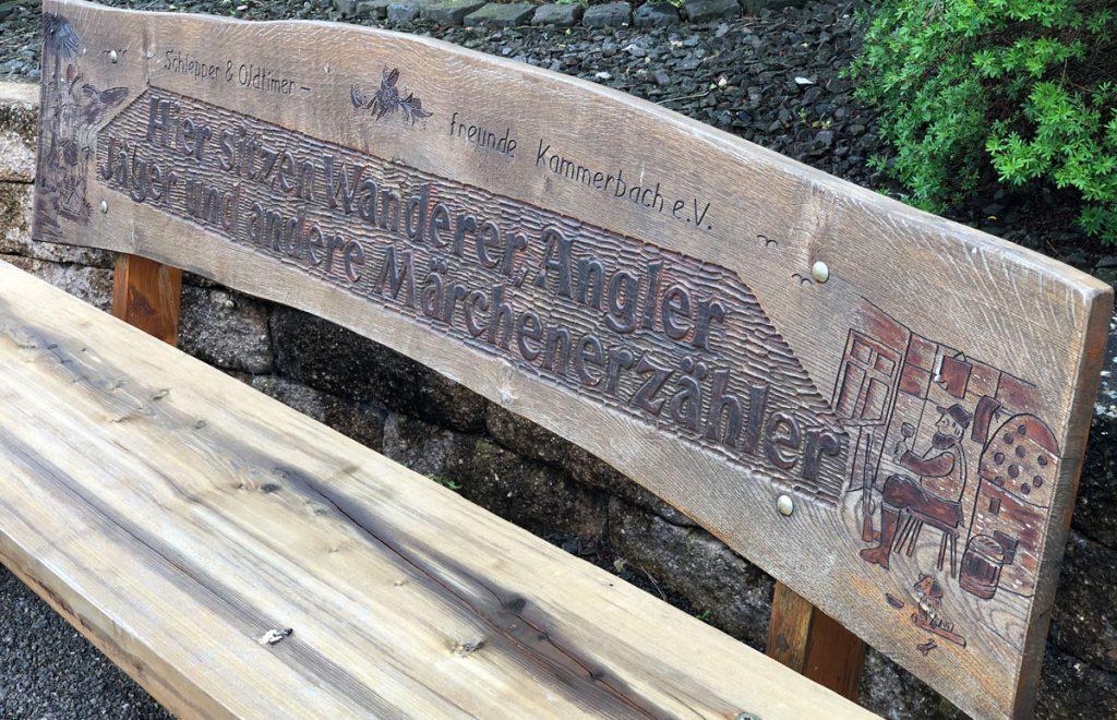 Hier sitzen Wanderer, Angler und Märchenerzähler