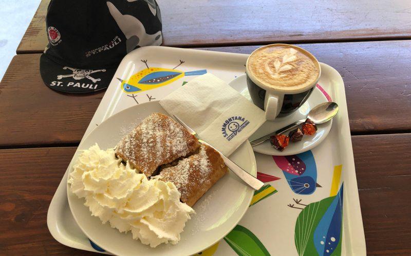 Cappuccino und Kuchen