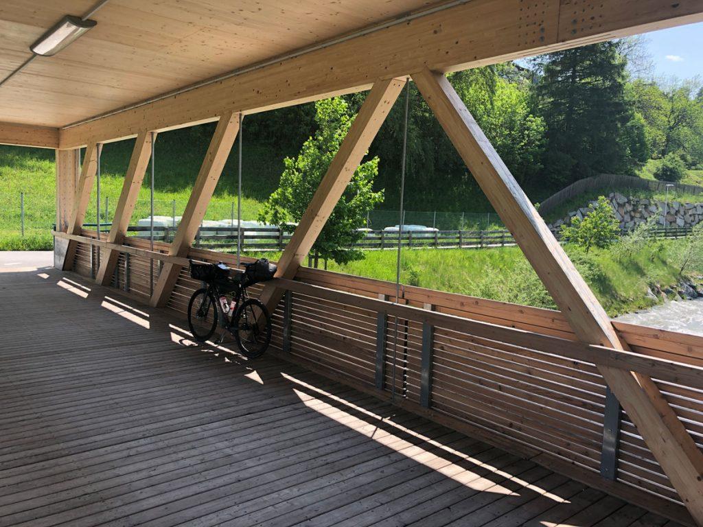 Immer wieder schöne Holzbrücken über noch schönere Bäche