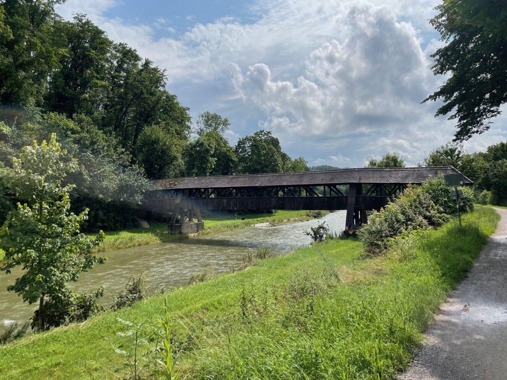 Schöne Brücken über den Fluss