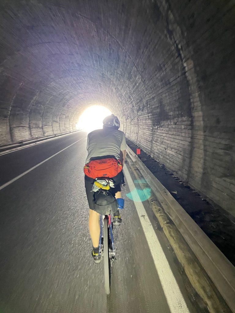 Typische Tunnel in den Bergen