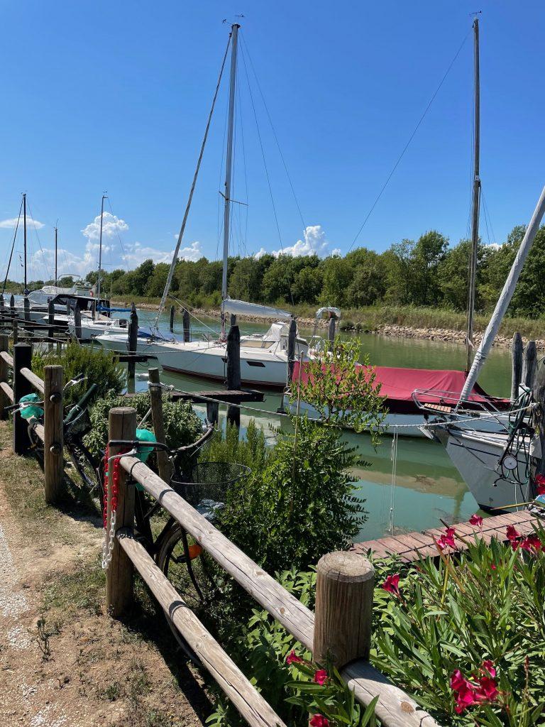 Kurz vor Cavallino - Yachten am Fluss