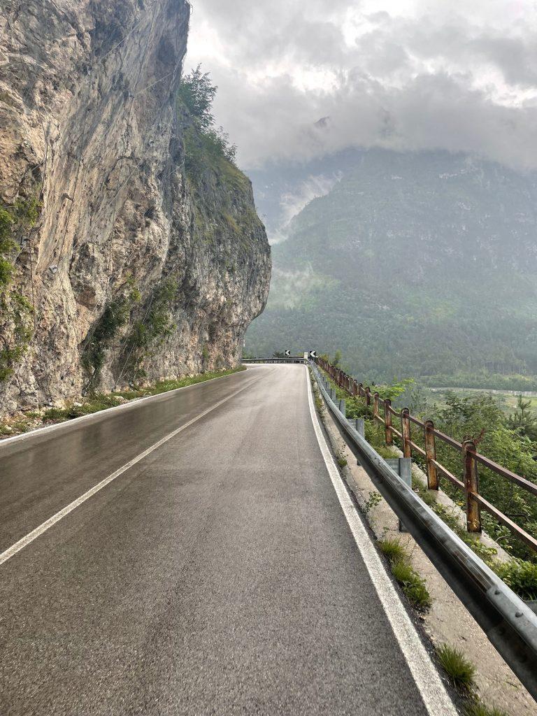 Straßen an den Felsen